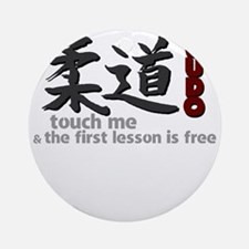 Judo shirt: touch me, first judo le Round Ornament