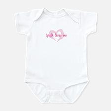 """""""tyrell loves me"""" Infant Bodysuit"""