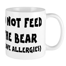 Do not feed the bear Mug
