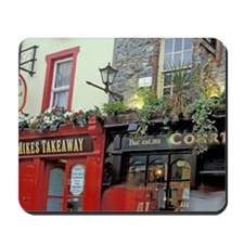 Passersby stroll in front of pubney, pas Mousepad