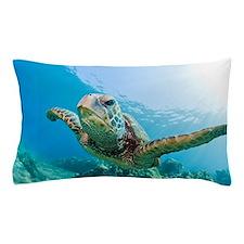 Green sea turtle swimming underwater i Pillow Case