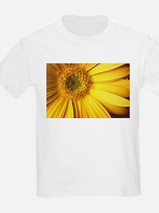 UP CLOSE [yellow daisy] T-Shirt