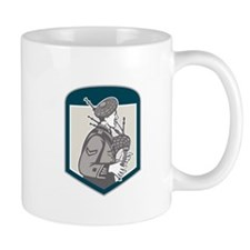 Scotsman Bagpiper Playing Bagpipes Crest Retro Mug