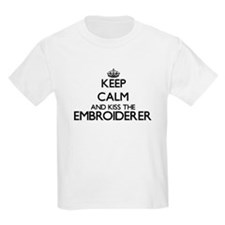 Keep calm and kiss the Embroiderer T-Shirt