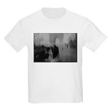 Couple kissing in street Arc de Triomphe P T-Shirt