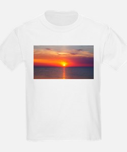 Red Sunrise Over Ocean (2) T-Shirt