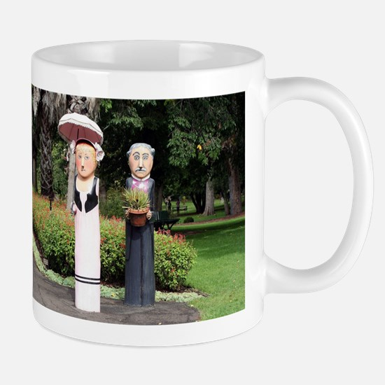 Old married couple sculptures Mugs