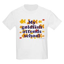 Goldfish attends school. Kids T-Shirt