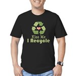 Kiss Me I Recyle Men's Fitted T-Shirt (dark)