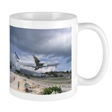 Mug picturing an airplane landing in St. Martin