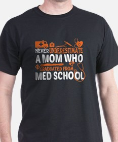 Never Underestimate A Mom T Shirt, Graduat T-Shirt
