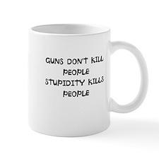 Cute Guns don%27t kill people Mug