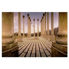 Walkway surrounded by freestanding columns, US Cap