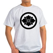 Rhombic chinese flower with swords i T-Shirt