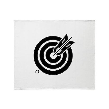 Arrow hit a round target Throw Blanket