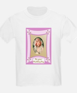 Pretty bride in pink frame T-Shirt