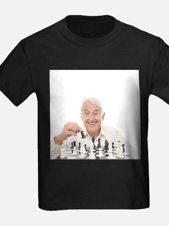 Senior man playing chess - Kid's Dark T-Shirt
