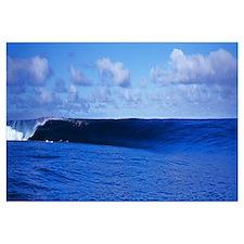 Waves splashing in the sea