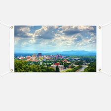 Asheville, North Carolina skyline nestled i Banner