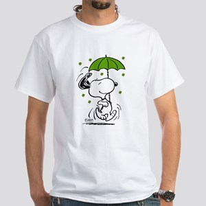 Snoopy Raining Clovers Men's Classic T-Shirts