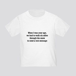 texting thru the snow Toddler T-Shirt