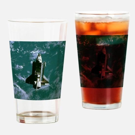 Space shuttle Challenger orbiting e Drinking Glass