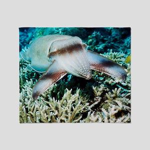 Broadclub cuttlefish Throw Blanket