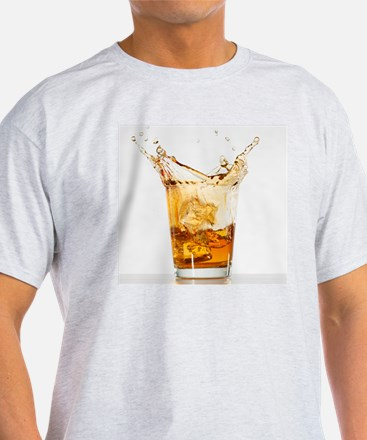 Studio shot of ice cubes splashing i T-Shirt