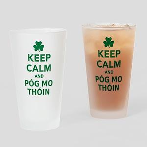 Keep calm and póg mo thóin Drinking Glass