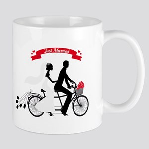 Just married bride and groom on tandem bicycle Mug