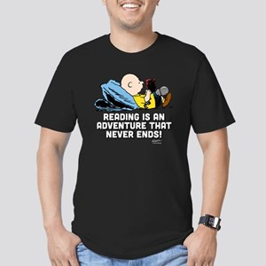 Charlie Brown Reading Men's Fitted T-Shirt (dark)