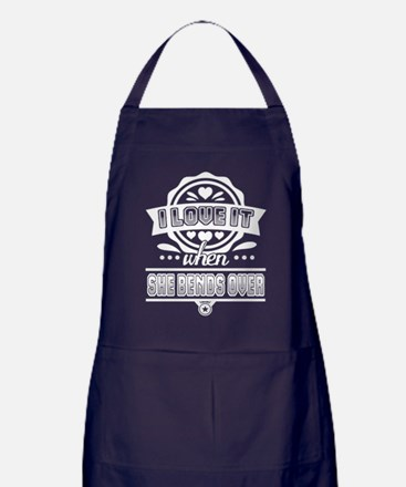 I Love It When She Bends Over T Shirt Apron (dark)