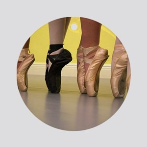 Ballet Dancers on Pointe or on To Ornament (Round)
