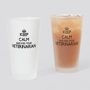Keep calm and kiss your Veterinaria Drinking Glass