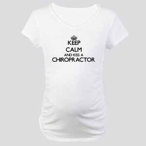 Keep calm and kiss a Chiropracto Maternity T-Shirt
