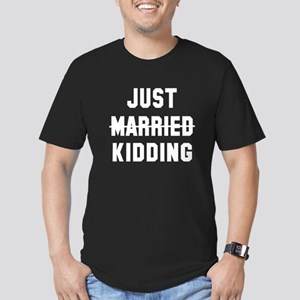 Just married kidding Men's Fitted T-Shirt (dark)