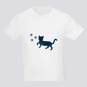 Cat fights snowflakes T-Shirt