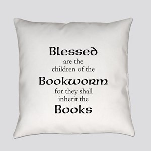 Book worm love Everyday Pillow