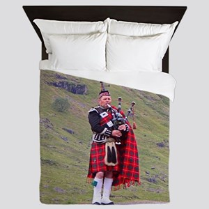 Lone Scottish bagpiper, Highlands, Sco Queen Duvet