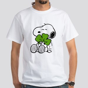 Snoopy Hugging Clover Men's Classic T-Shirts