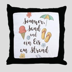 Sommer, Sand und ein Eis am Strand Throw Pillow