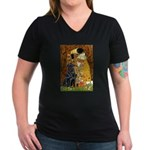 Kiss / Flat Coated Retriever Women's V-Neck Dark T