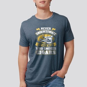 never uderestimate an old man who smokes c T-Shirt