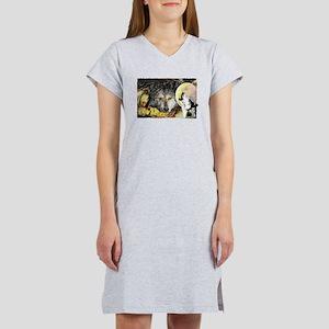 wolf howling Women's Nightshirt