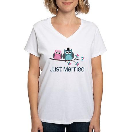 Just Married Owls Women's V-Neck T-Shirt