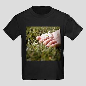 Daisy in between toes - Kid's Dark T-Shirt